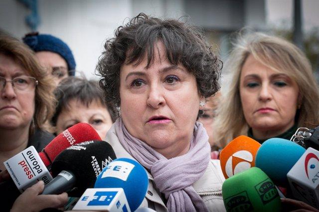 María Salmerón atiende a los medios a la puerta de los juzgados en Sevilla