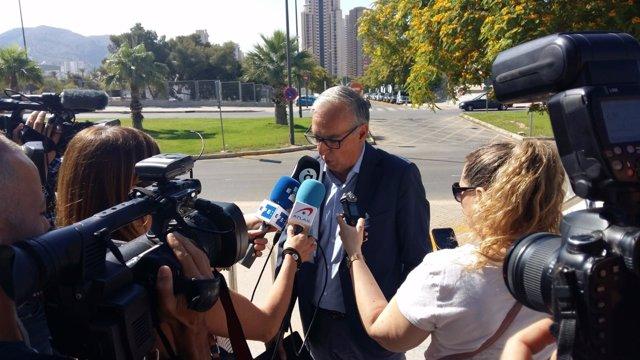 Agustín Navarro atiende a los medios este jueves