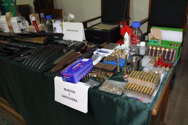 Parte del arsenal de armas en una vivienda de Garrapinillos.