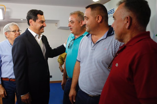 Juanma Moreno, durante la visita a Asaja Almería