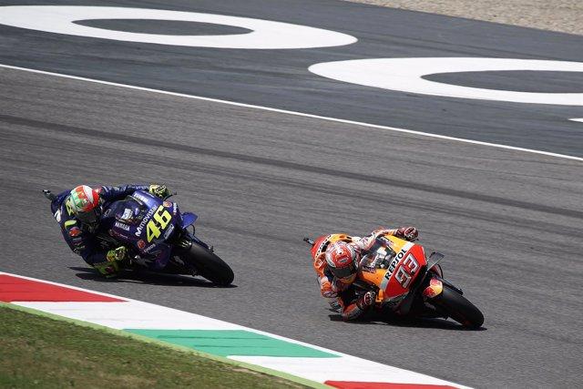Valentino Rossi por detrás de Marc Márquez en el GP de Italia