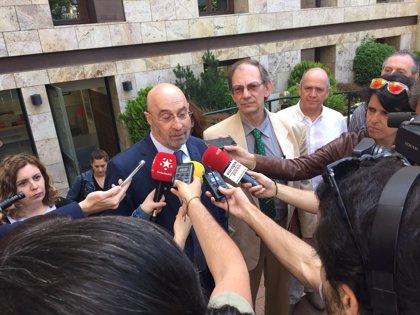 """Entregan 13.000 firmas para que el Defensor del Pueblo para que intervenga ante el """"maltrato"""" de la sanidad pública"""