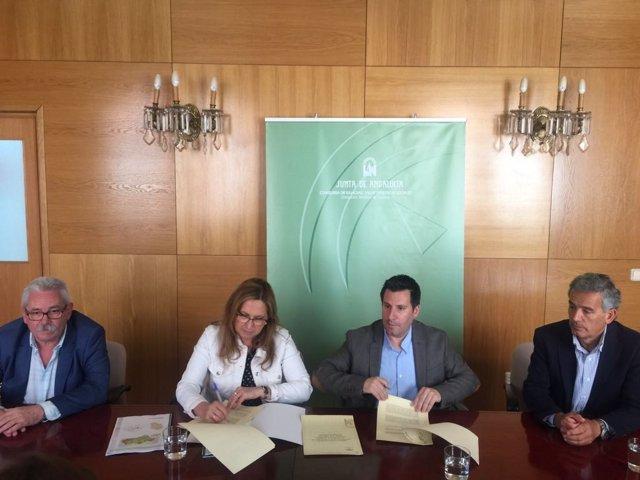 Luna y Expósito (centro), firman el convenio