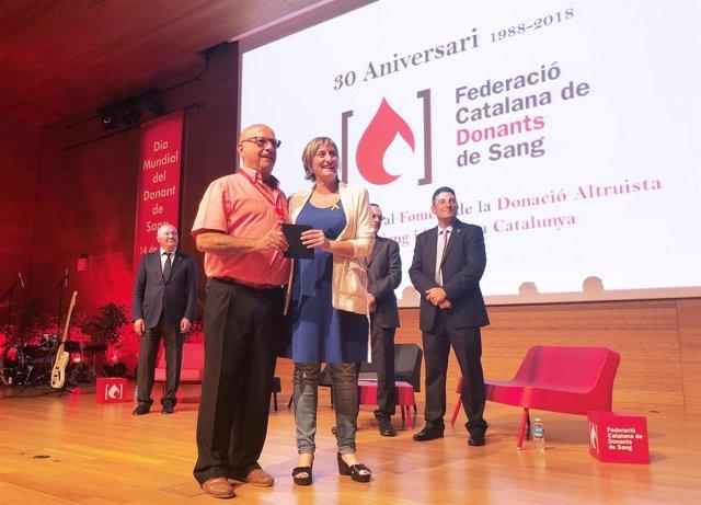 La consellera Alba Vergés entrega un reconocimiento a un donante