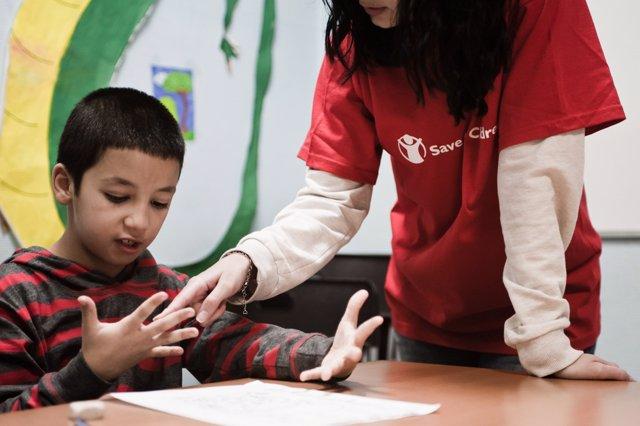Voluntario del programa de Save The Children contra la pobreza infantil