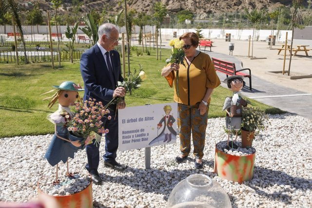 Gabriel Amat y la alcaldesa, en la inauguración del Parque 'El Principito'.
