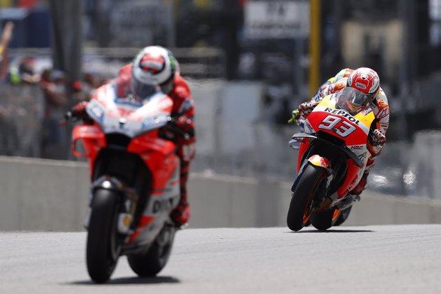 Marc Márquez por detrás de Lorenzo en el GP de Italia