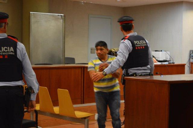El acusado de abusar de dos hijas en Lleida, en el juicio