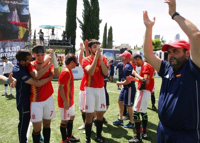 La selección española de fútbol para ciegos celebra su victoria