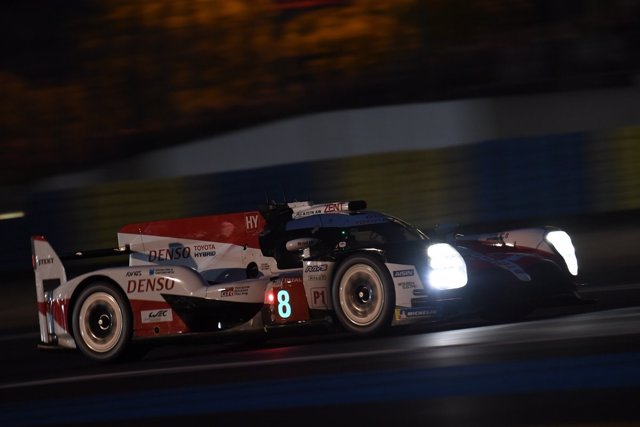 Fernando Alonso prueba la lluvia de noche con la pole en Le Mans