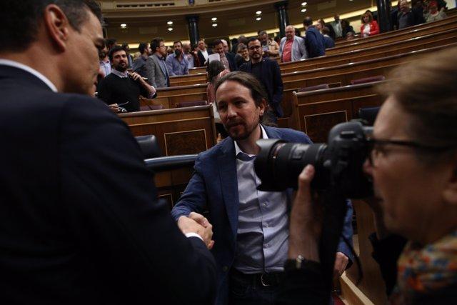 Pedro Sánchez saluda a Pablo Iglesias després de ser triat president del Govern