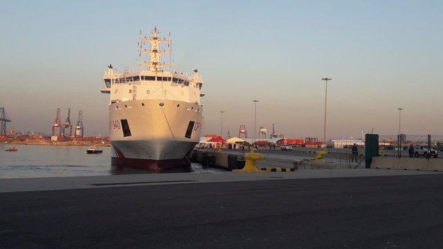 Primer barco de Aquarius llegando al puerto