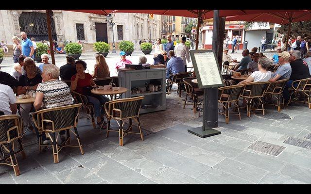 Los españoles gastan 1.900 euros al año en bares y restaurantes