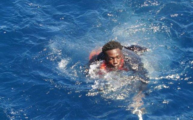 Persona rescatada por Salvamento Marítimo