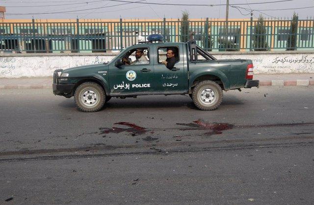 Imagen de archivo de un vehículo de la policía afgana pasando junto a un sitio d