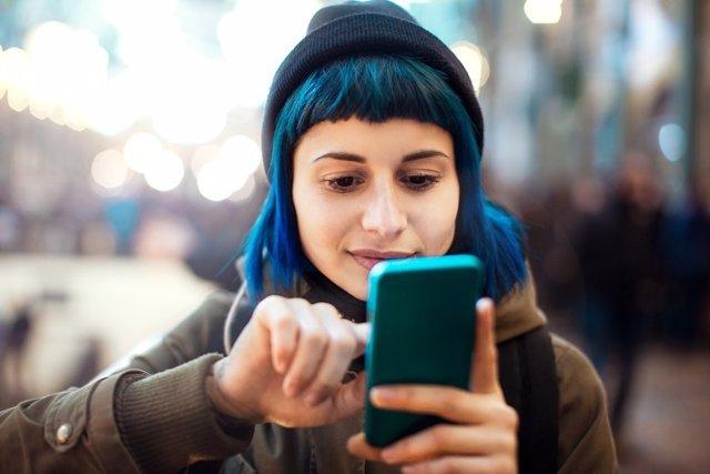 Redes Sociales, móvil, mujer