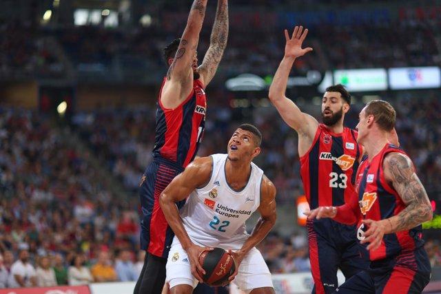 El Madrid avista el título en el Buesa Arena