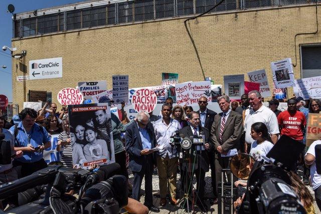 Cientos de personas se han manifestado este domingo frente a un centro de detenc