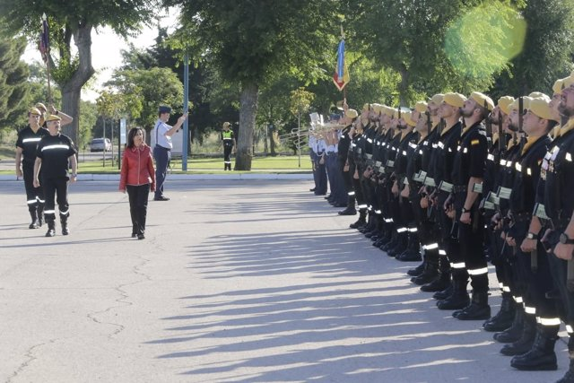 La ministra de Defensa, Margarita Robles, pasando revista a las tropas