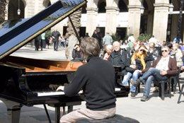 Exhibició de piano al carrer