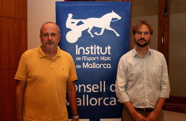 Miquel Ensenyat con el presidente del IEHM, Jaume Albert Ramis
