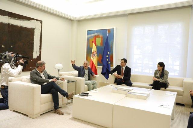 Pedro Sánchez recibe a los agentes sociales en Moncloa