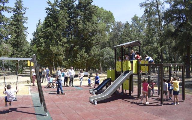 Los Palacios y Villafranca estrena nuevos juegos infantiles en el Parque de Maribáñez