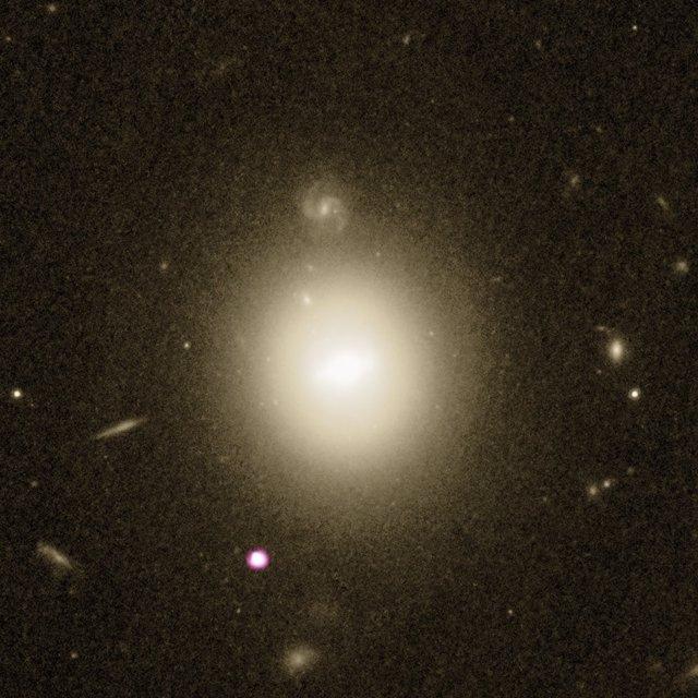 La galaxia que aloja el agujero negro de masa intermedia, enmedio de la imag