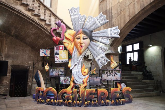 Una foguera d'Alacant en el Pati Gòtic del Palau