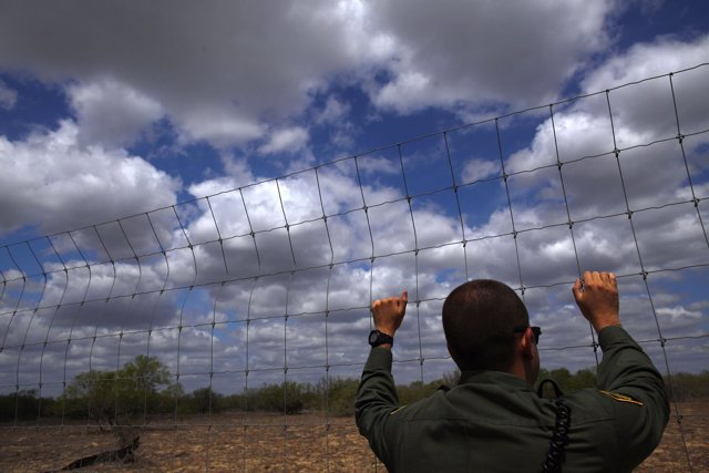 Un agente de fronteras estadounidense observa el desierto cerca de Falfurrias, E