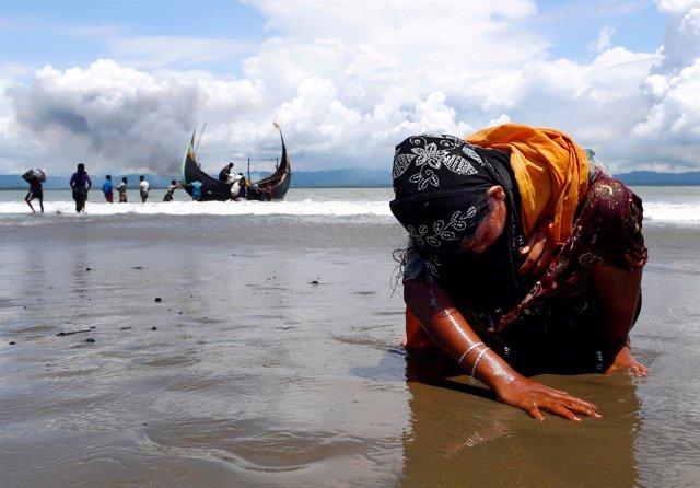 Una mujer refugiada rohingya a su llegada a Bangladesh