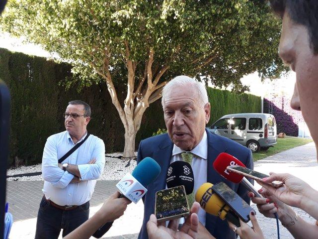 José Manuel García-Margallo atiende a los medios en Alicante