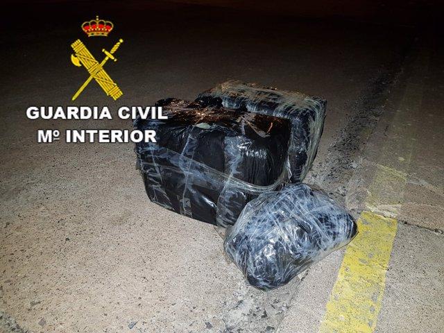 Fardos de hachís que venían a bordo de la patera rescatada en Lanzarote