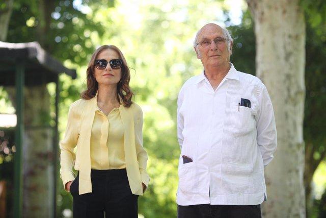 Isabelle Huppert y Carlos Saura charlan en la Residencia de Francia en Madrid