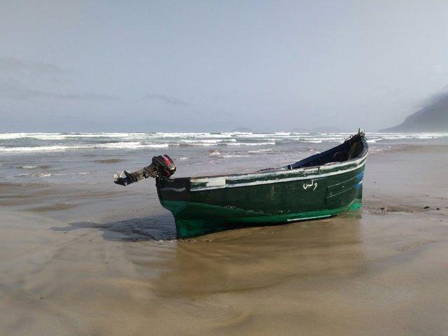Patera en una playa de Lanzarote