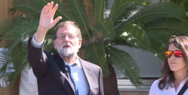 Mariano Rajoy, a la salida del restaurante en Santa Pola