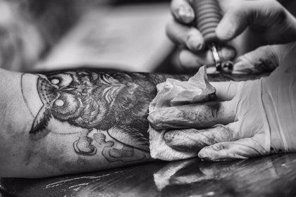 Ten cuidado al hacerte un tatuaje si tu sistema inmune está comprometido