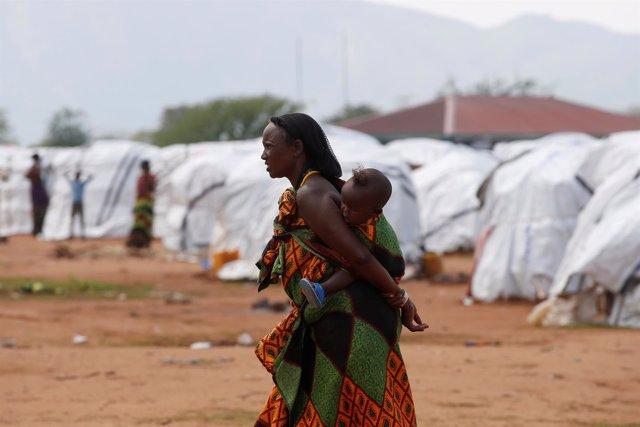 Una refugiada etíope con su hijo en el campo de Dambala Fuchana, en Kenia