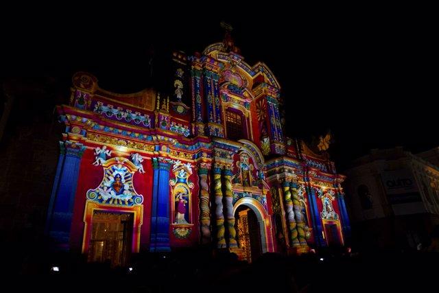 Iglesia de Quito iluminada durante el Festival de las Luces