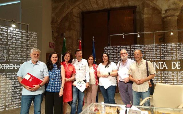 Junta de Extremadura y sindicatos acuerdan 'recuperar' derechos de empleados públicos como las 35 horas laborales