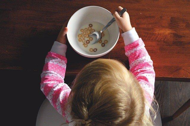 Niño comiendo, cereales, desayuno, bebé