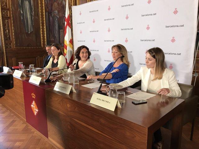 Roberto Manrique, Laia Ortiz,  Ada Colau, Sara Bosch i Elisa Micciola