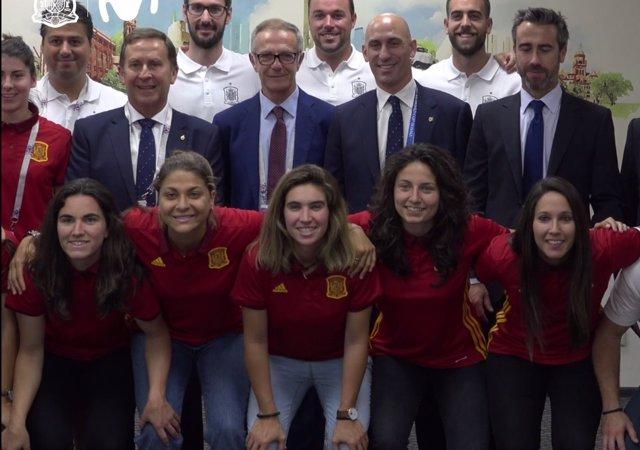 El ministro José Guirao recibe a la selección femenina en Rusia