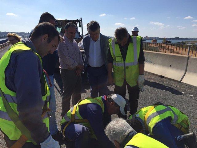 Obras de mantenimiento en el puente Sifón.