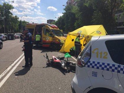 Muere un motorista de 24 años tras colisionar contra un vehículo en Moratalaz