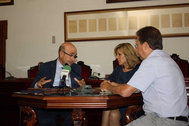 Carmona (izda.) y Romero, durante el encuentro mantenido