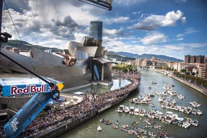 Bilbao limita a 100 embarcaciones el aforo para ver desde la Ría el espectáculo de saltos 'Red Bull Cliff Diving'