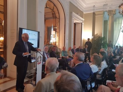 """Borrell cree que los centros de migrantes son """"un tema a estudiar"""" porque """"pueden evitar que la gente se tire al agua"""""""