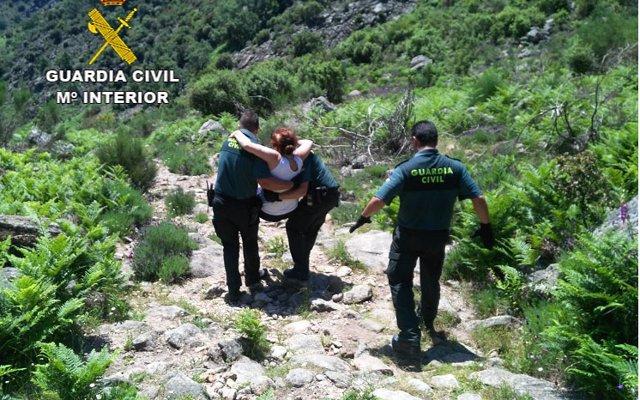 La Guardia Civil rescata en la sierra de Guijo de Santa Bárbara a dos senderistas accidentadas