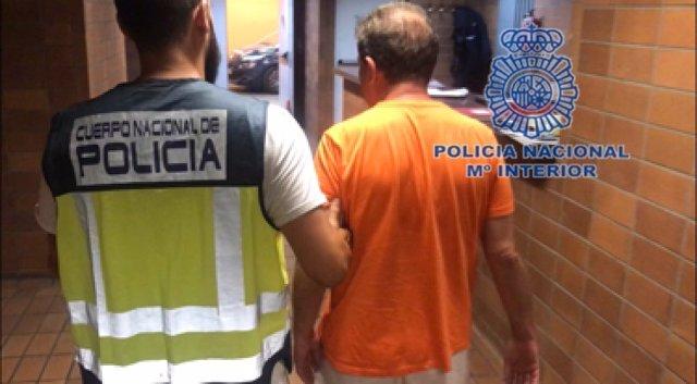 El detenido custodiado por un agente